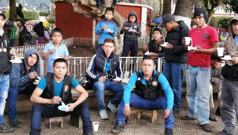 José Alejandro Barrondo, centro, y sus amigos en el parque de San Cristóbal Alta Verapaz. Foto Prensa Libre: Facebook