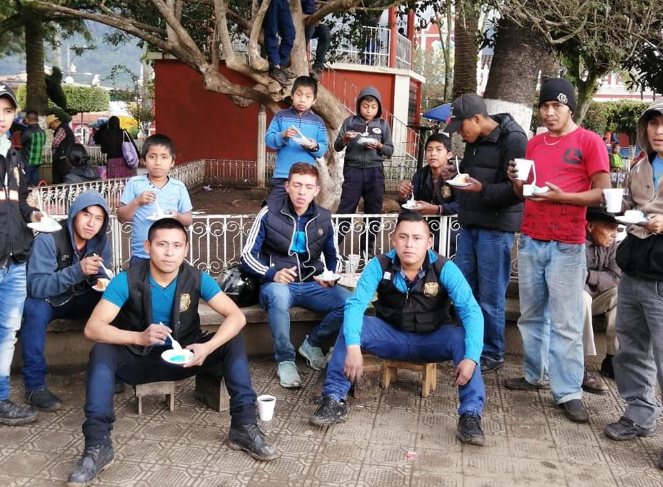 Trabajó siete años con ellos: José Barrondo comparte con lustradores de San Cristóbal Verapaz