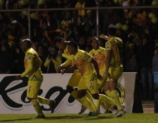 Los jugadores de Marquense celebran la anotación de Juan Cavallo contra Achuapa. (Foto Prensa Libre: Raúl Juárez).