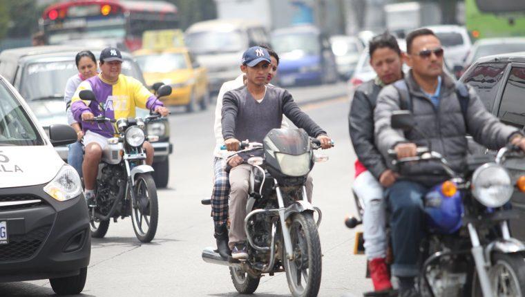 Motoristas no utilizan equipo de protección para evitar lesiones graves en caso de accidentes. (Foto Prensa Libre: Hemeroteca PL)