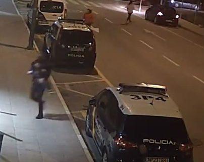 Un video de seguridad captó el momento en que el agente de seguridad auxilió al menor de cuatro años. (Foto Prensa Libre: captura de pantalla)