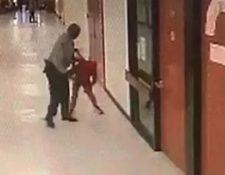 Un video captó la agresión que el policía escolar hizo contra un menor de 12 años. (Foto Prensa Libre: captura de pantalla)