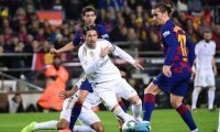 """Real Madrid's Spanish defender Sergio Ramos (2L) challenges Barcelona's French forward Antoine Griezmann (2R) during the """"El Clasico"""" Spanish League football match between Barcelona FC and Real Madrid CF at the Camp Nou Stadium in Barcelona on December 18, 2019. (Photo by JOSE JORDAN / AFP)"""