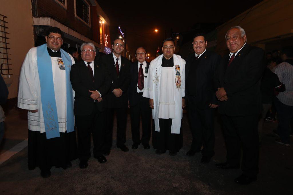 La junta directiva de la Hermandad de Jesús del Consuelo y Asociación del Santo Sepulcro acompaña el cortejo. Foto Prensa Libre:  Óscar Rivas