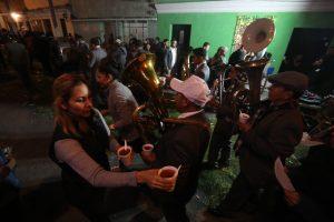 Durante el rezado de la Recolección se procura que todas las personas reciban su vaso de ponche. Foto Prensa Libre: Óscar Rivas