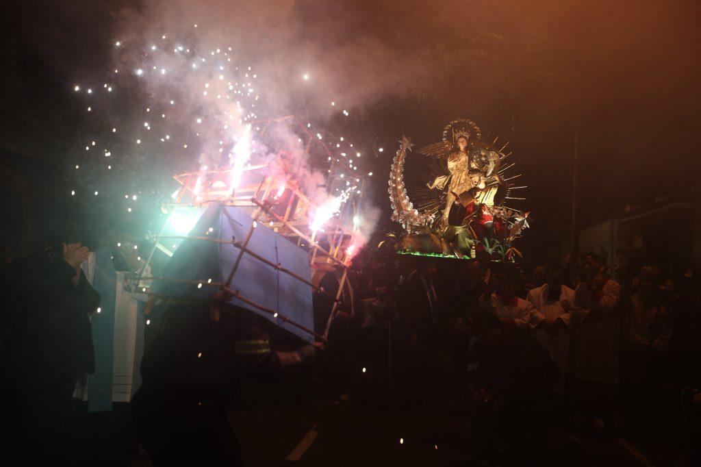 Durante el recorrido son quemados varios toritos y fuegos artificiales. Foto Prensa Libre: Óscar Rivas