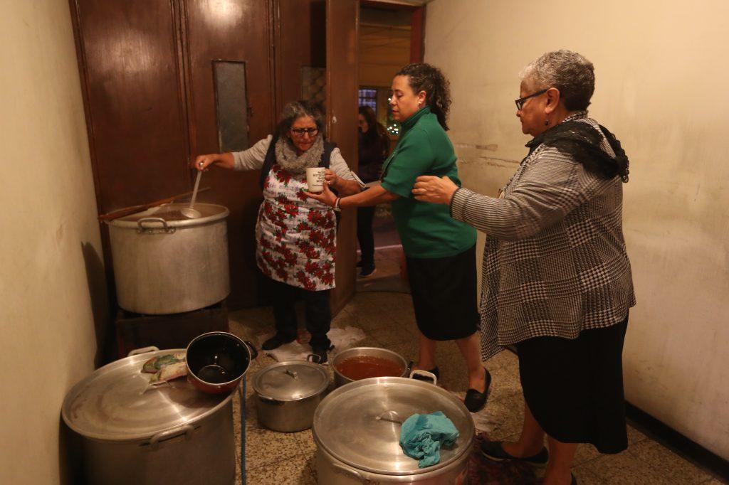 En la 1ra. Avenida C entre 2da. Y 3ra. Calles, los vecinos preparan ponche para las personas que acompañan el rezado. Foto Prensa Libre: Óscar Rivas