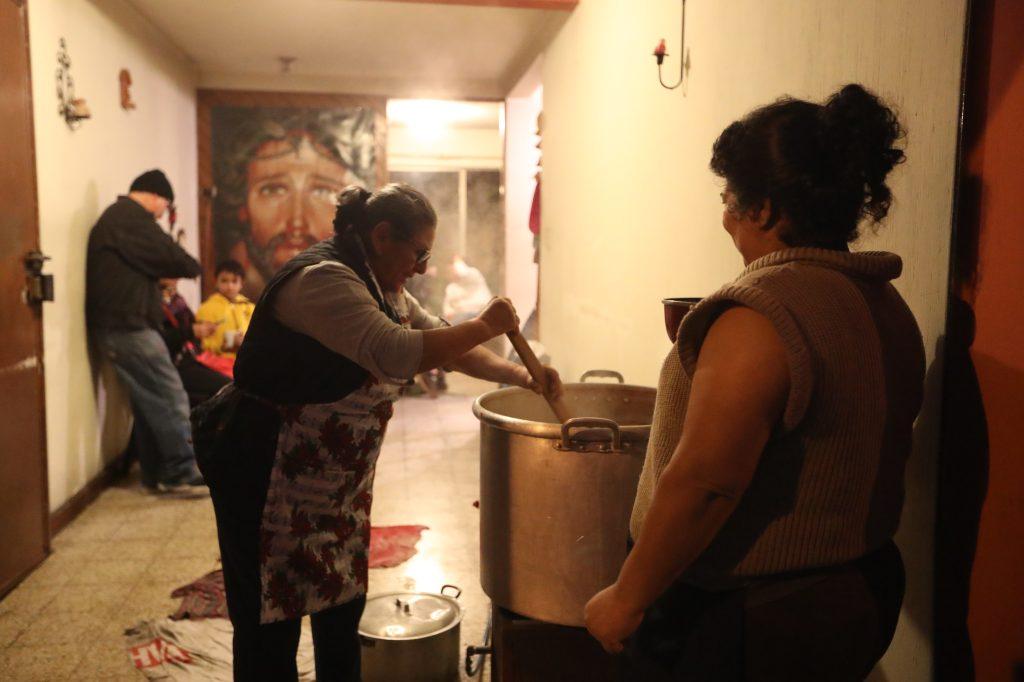 La familia Pérez prepara 5 ollas grandes para poder atender a los devotos que acompañan el cortejo. Foto Prensa Libre: Óscar Rivas