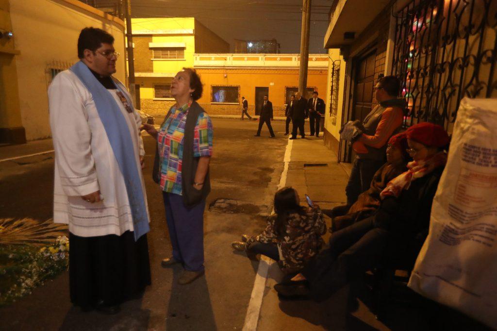 El Padre Eddy Calvillo, párroco de La Recolección, agradece a los devotos que siguen en el rezado pasada la media noche de sábado. Foto Prensa Libre: Óscar Rivas