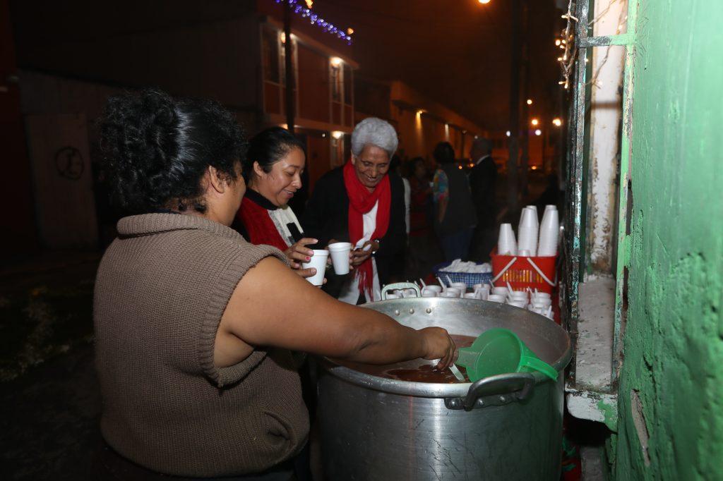 Los vecinos apoyan para la distribución del tradicional ponche. Foto Prensa Libre: Óscar Rivas