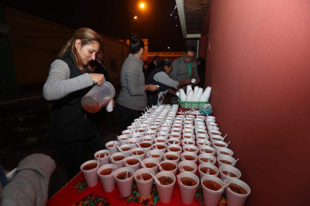 Se reparten alrededor de mil vasos de ponche. Foto Prensa Libre: Óscar Rivas