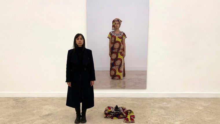 """Regina José Galindo, artista visual guatemalteca conocida por sus performances contra el racismo y la violencia hacia las mujeres, posa junto a una de sus obras en la instalación llamada """"Lavarse las manos"""", en Roma.  (Foto Prensa Libre: EFE/Álvaro Caballero)"""