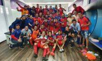 Los rojos celebraron la clasificación en el camerino del Doroteo Guamuch Flores. (Foto  Municipal).
