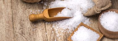 La sal es uno de los productos más consumidos por la población, y de esa cuenta se convierte en el vehículo adecuado para que el yodo y flúor sea consumido. (Foto Prensa Libre: Hemeroteca PL)