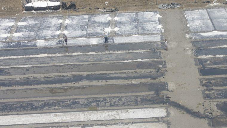 La sal artesanal es la que  más se consume en el país, sin embargo, una modificación al Acuerdo Gubernativo que regula la fortificación del producto con flúor elimina este beneficio para la población. (Foto Prensa Libre: Hemeroteca PL)