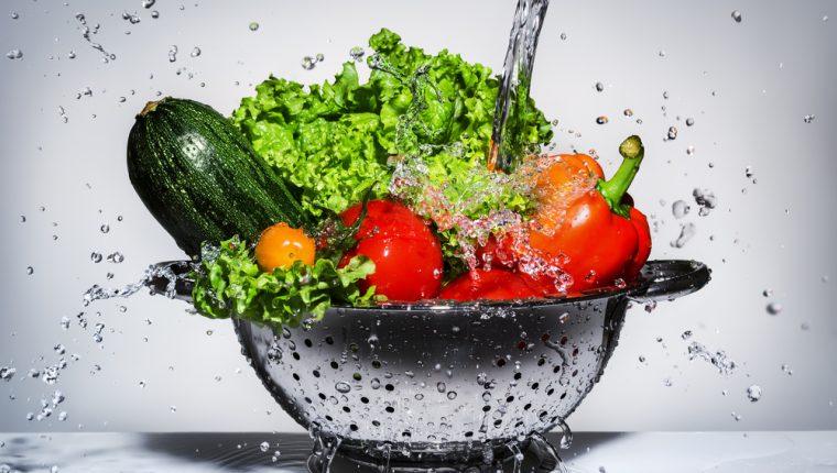 Además de los 8 vasos de agua al día es recomendable combinarlo con alimentos que están formados por más del 90% de agua. (Foto Prensa Libre: Servicios).