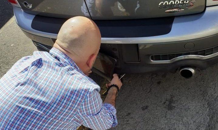 Una persona fue obligada por agentes de tránsito de Villa Nueva a retirar el protector que ocultaba la placa de su vehículo. (Foto Prensa Libre: Dalia Santos)