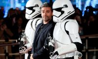 """KMA10. TOKIO (JAPÓN), 16/12/2019.- El actor estadounidense Oscar Isaac (c) a su llegada al evento promocional de la película """"Star Wars: Episodio IX - El ascenso de Skywalker"""", el miércoles 11 de diciembre de 2019, en Tokio (Japón). No todos los días se pone fin a una historia de más de cuatro décadas y a un fenómeno global que supera fronteras y generaciones. La última película de Star Wars, que cerrará la saga iniciada en 1977, es uno de los estrenos más esperados del año, pero ante todo fue un reto para el equipo que lo hizo realidad. EFE/ Kimimasa Mayama"""