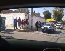 Los vecinos entregaron al supuesto asaltante a las autoridades. (Foto Prensa Libre: @reporterosenmov)