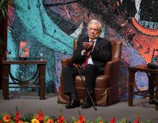 Mario Vargas Llosa en el Centro Cultural Miguel Ángel Asturias durante la presentación con el público guatemalteco de su libro Tiempos recios. (Foto Prensa Libre: Érick Ávila).