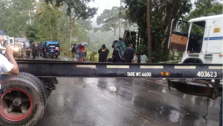Un camión y un tráiler quedaron obstaculizando el paso. (Foto Prensa Libre: Carlos Cabrera)
