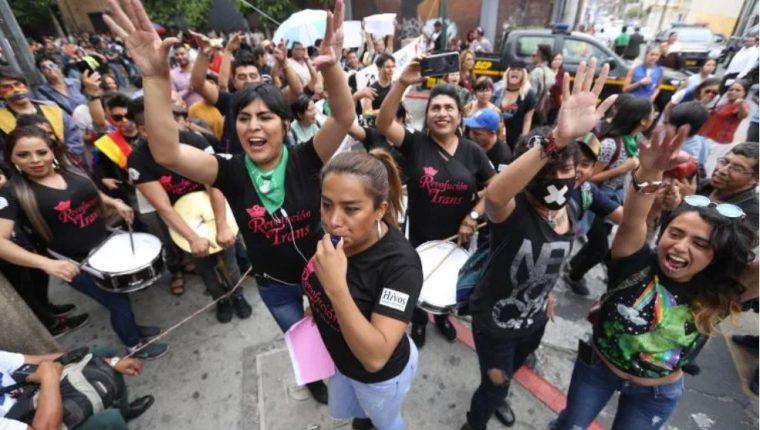 Miembros de la comunidad LGBT durante una manifestación en mayo frente al Congreso. (Foto Prensa Libre: Hemeroteca PL)
