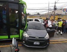 Un bus del sistema de Trasmetro colisionó contra un vehículo en la avenida Bolívar. (Foto Prensa Libre: PMT)