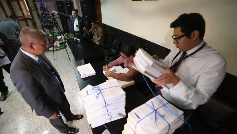 El fiscal Rafael Curruchiche de la fiscalía de Delitos Electorales durante la presentación de la denuncia. (Foto Prensa Libre: Érick Ávila)