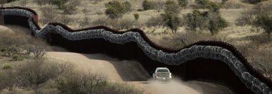 En esta foto del 2 de marzo de 2019, una patrulla de Aduanas y Control de Fronteras recorre el lado estadounidense del muro fronterizo con México al este de Nogales, Arizona. (picture-alliance/AP Photo/C. Riedel)