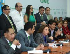 Sandra Torres en medio de Óscar Argueta (izquierda) y Carlos Barreda, de pie Orlando Blanco, en el salón de la bancada en febrero del 2019. (Foto Prensa Libre: Hemeroteca PL)