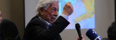 Mario Vargas Llosa presenta Tiempos Recios en Guatemala.  (Foto Prensa Libre: Miriam Figueroa).