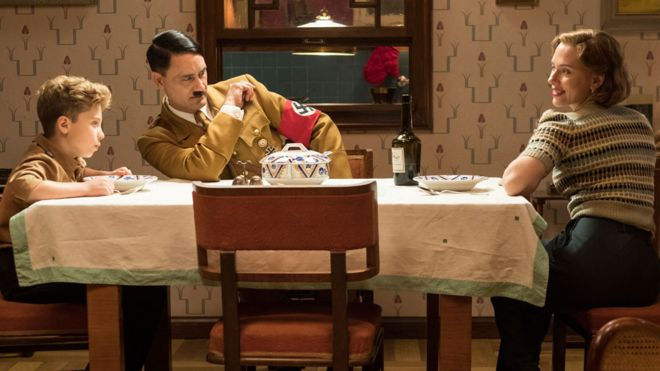 Roman Griffin Davis, Taika Waititi y Scarlett Johansson protagonizan la película que satiriza a Hitler. 20TH CENTURY FOX