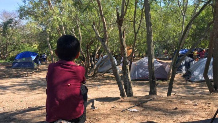 Los niños sufren condiciones muy precarias en el campamento.