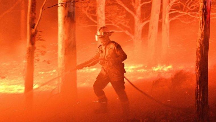 Se registran hasta el momento 23 muertos, más de 1.500 viviendas destruidas, y millones de hectáreas arrasadas por las llamas.