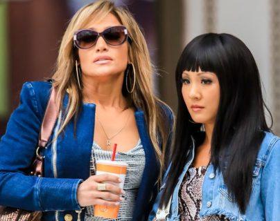 Jennifer López y Constance Wu en el set de Hustlers.