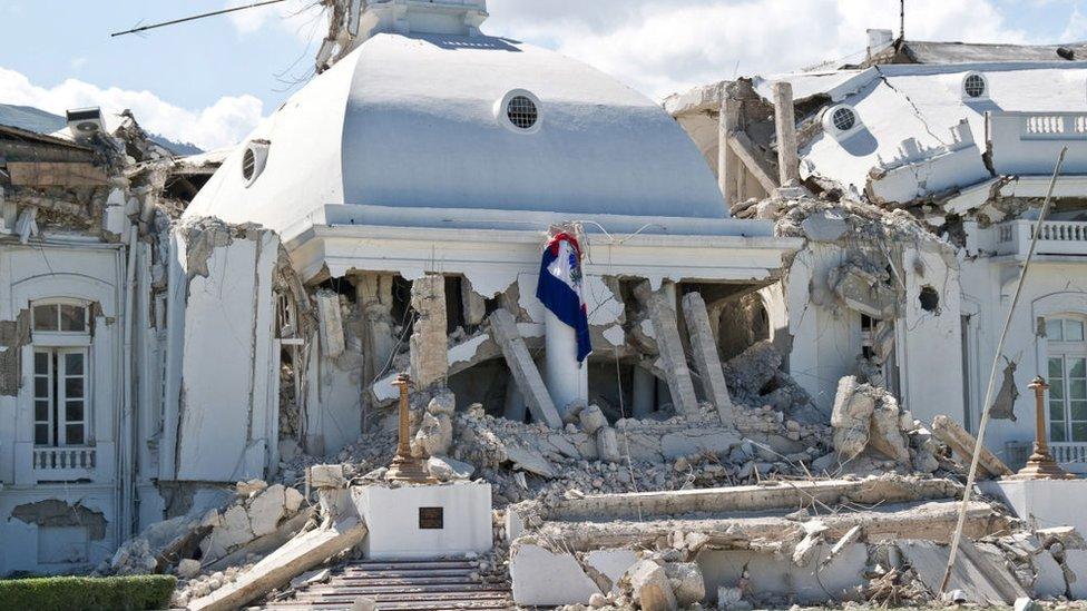 3 imágenes icónicas del terremoto de Haití que en 2010 causó más de 300.000 muertes (y cómo está el país 10 años después)