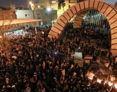 Cientos de personas, principalmente estudiantes, se manifestaron en Teherán contra el gobierno.