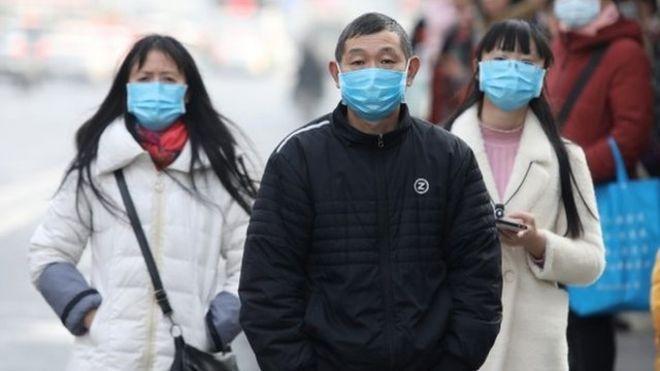 La nueva cepa de coronavirus, que causa un tipo de neumonía, puede pasar de persona a persona, confirmó China. EPA