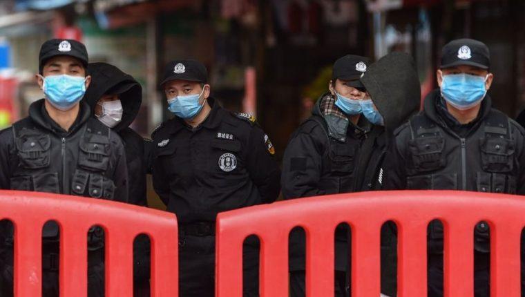 Las autoridades chinas cancelaron la salida de Wuhan de autobuses, trenes, metros y ferris, con la intención de evitar la propagación del coronavirus.