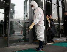 Las autoridades realizan trabajos de desinfección para evitar la propagación del virus.
