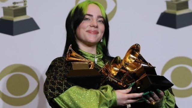 Billie Eilish: 4 cosas que quizás no sabías de la cantante adolescente que hizo historia en los Grammy