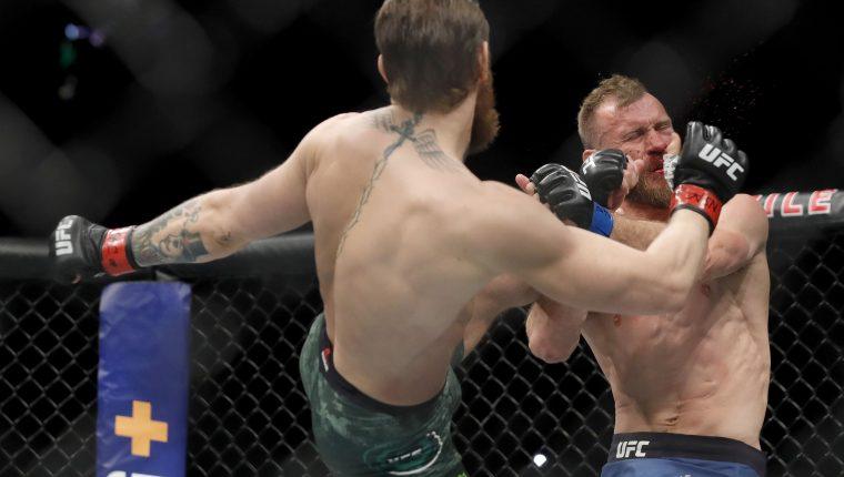 Conor McGregor propina un certero golpe a Donald Cerrone en la pelea  que se realizó en el  T-Mobile Arena en   Las Vegas, Nevada.  (Foto Prensa Libre: AFP).
