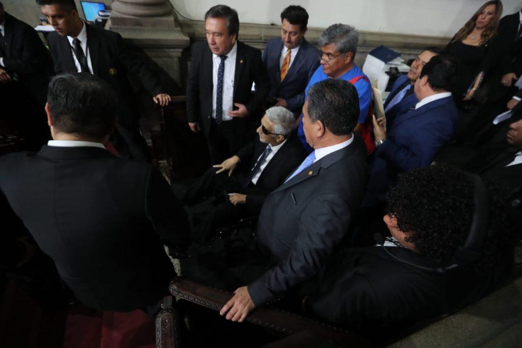 El diputado electo Armando Melgar Padilla se presentó en una silla de ruedas por presentar quebrantos de salud. Foto Prensa Libre: Érick Ávila