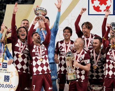 David Villa, con la copa, le puso fin a su legado futbolístico.  (Foto Prensa Libre: EFE)