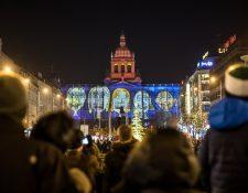La gente mira un espectáculo de luces en el edificio del Museo Nacional como parte de las celebraciones oficiales de Año Nuevo, en el centro de Praga, República Checa. Fotografía. Prensa Libre: EFE
