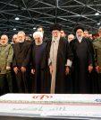 El presidente Hassan Rouhani y demás altos mandos de Irán realizan una oración sobre los ataúdes del comandante militar iraní asesinado Qasem Soleimani y el jefe paramilitar iraquí Abu Mahdi al-Muhandis en la Universidad de Teherán en la capital iraní. (Foto Prensa Libre: AFP)