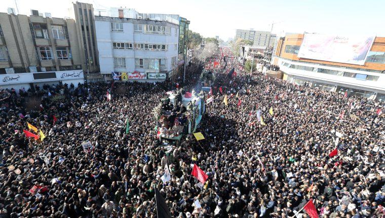 Miles de personas llegaron al funeral del general Qasem Soleimani. (Foto Prensa Libre: EFE)