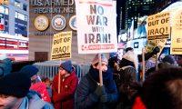 Grupo de personas se reúnen para protestar contra la escalada de tensiones militares con Irán por parte de la administración Trump en Times Square en Nueva York. (Foto Prensa Libre: EFE)