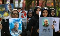 Mumbai (India), 09/01/2020.- Indian Shiite Muslim hold pictures of General Qasem Soleimani, the head of Iran's Islamic Revolutionary Guard Corps' elite Quds Force, during a protest against the USA, in Mumbai, India, 09 January 2020. Tensions between the USA and Iran reached critical levels after US President Donald J. Trump ordered the assasination of Iranian Revolutionary Guards Corps Lieutenant general and commander of the Quds Force, Qasem Soleimani. The assasination was carried out by drone strike near Baghdad International Airport in Iraq on 03 January 2020. (Protestas, Estados Unidos, Bagdad) EFE/EPA/DIVYAKANT SOLANKI