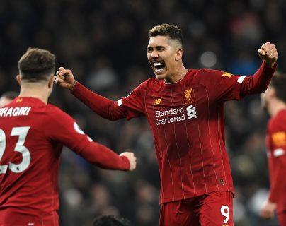 Roberto Firmino  festeja con Xherdan Shaqiri  celebra el gol de la victoria del Liverpool frente al Tottenham. (Foto Prensa Libre: EFE).